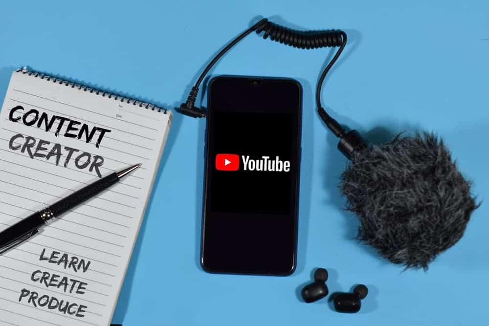 Телефон с приложением Youtube